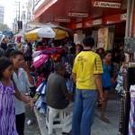 """13122010 rua Gal Sampaio Insinuante calçada invadida por informais """"É proibido embaraçar ou impedir, por qualquer meio, o livre trânsito de pedestre ou veículo nas vias públicas, praças, passeios, estradas e caminhos públicos""""."""