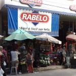 """13122010 rua Gal Sampaio Rabelo IMPOSSÍVEL VER A LOJA """"É proibido embaraçar ou impedir, por qualquer meio, o livre trânsito de pedestre ou veículo nas vias públicas, praças, passeios, estradas e caminhos públicos""""."""