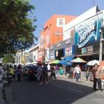 """13122010 rua Gal Sampaio pedestres são obrigados a andar na via pública """"É proibido embaraçar ou impedir, por qualquer meio, o livre trânsito de pedestre ou veículo nas vias públicas, praças, passeios, estradas e caminhos públicos""""."""