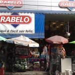 """13122010 Rua Gal Sampaio Lj Rabelo IMPOSSÍVEL VER A LOJA """"É proibido embaraçar ou impedir, por qualquer meio, o livre trânsito de pedestre ou veículo nas vias públicas, praças, passeios, estradas e caminhos públicos""""."""