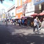"""27112010 Rua Gal Sampaio """"É proibido embaraçar ou impedir, por qualquer meio, o livre trânsito de pedestre ou veículo nas vias públicas, praças, passeios, estradas e caminhos públicos""""."""