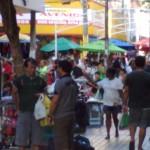 """17122010 Rua Guilherme Rocha x Sen. Pompeu NATAL 2010 """"É proibido embaraçar ou impedir, por qualquer meio, o livre trânsito de pedestre ou veículo nas vias públicas, praças, passeios, estradas e caminhos públicos""""."""