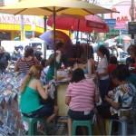 """Almoço na Rua Guilherme Rocha """"É proibido embaraçar ou impedir, por qualquer meio, o livre trânsito de pedestre ou veículo nas vias públicas, praças, passeios, estradas e caminhos públicos"""